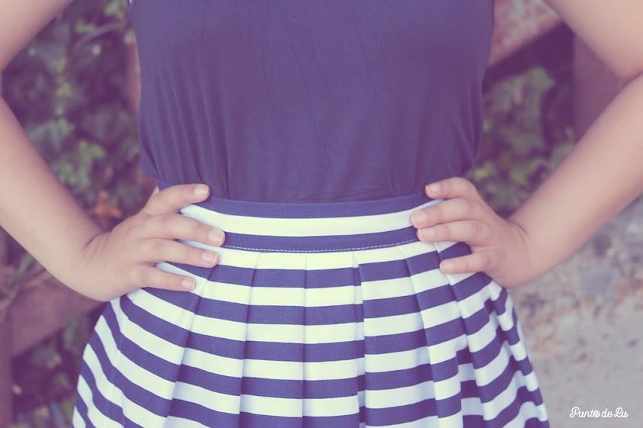 Falda midi de rayas estilo marinero