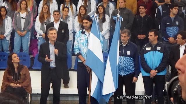 Juegos Olímpicos de Río 2016: EL PRESIDENTE MACRI ENTREGÓ LA BANDERA NACIONAL A LUIS SCOLA Y GUSTAVO FERNÁNDEZ, ABANDERADOS DE LA DELEGACIÓN NACIONAL