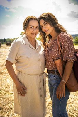 Mãe e filha, Evelina (Nivea Maria) e Maria da Paz (Juliana Paes) são muito próximas. Evelina ajuda a filha a fugir, em 'A Dona do Pedaço' — Foto: TV Globo/João Miguel Jr.