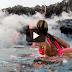 Κάνει σερφ δίπλα σε ενεργό ηφαίστειο στη Χαβάη