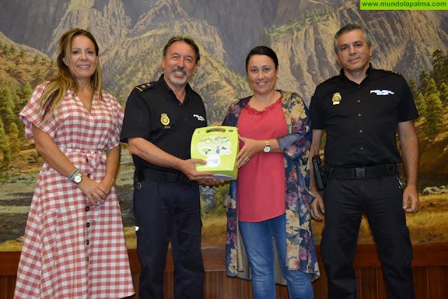 El Cabildo dota a la Unidad Móvil de la Policía Nacional de un desfibrilador externo