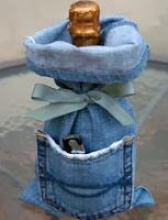 http://mundo-manualidades.com/forro-decorativo-para-botellas-con-un-pantalon-de-jean.html