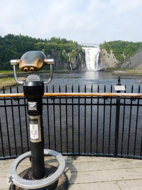 Von hier aus laesst sich jetzt auch langsam die Hoehe des Wasserfalls erahnen (betrachtet man die winzig kleinen Menschen unten rechts:)