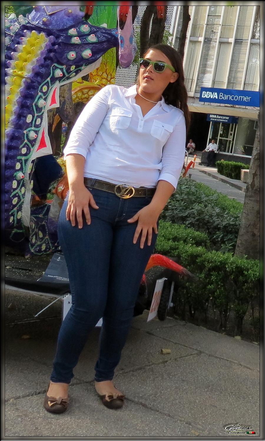 Chica nalgona en plaza de la tecnologiacutea - 1 2