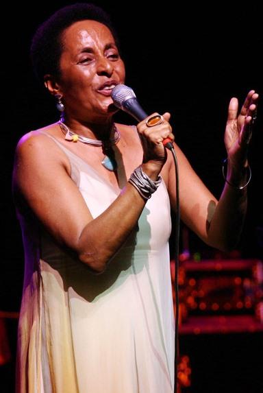 Foto de Susana Baca cantando en concierto