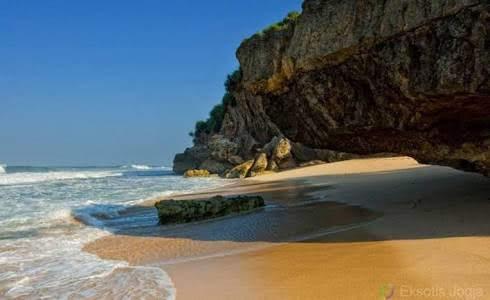 Pantai Watu Lawang, indahnya sunset Gunungkidul