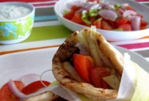 Τελικά τι είναι πιο παχυντικό; Ένα σουβλάκι ή μια χωριάτικη σαλάτα;