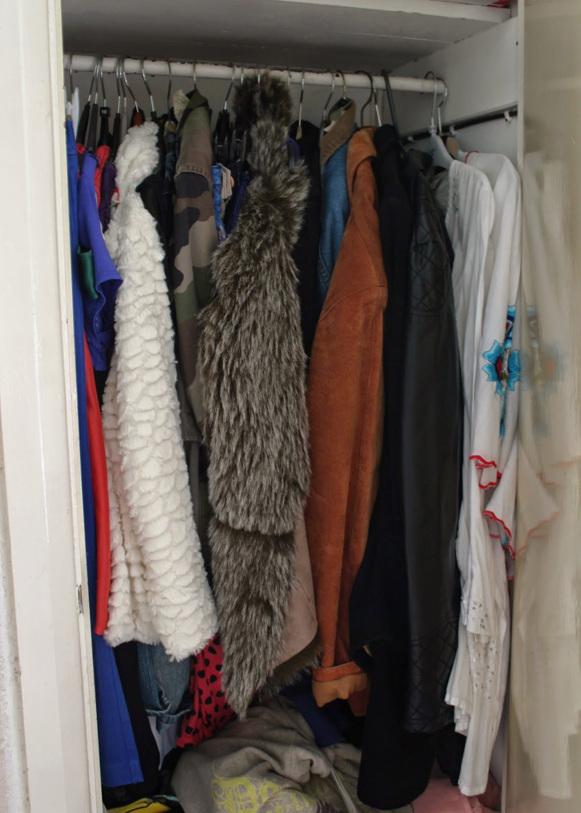 how-to-declutter-your-wardrobe-little-tips-wardrobe-clothes