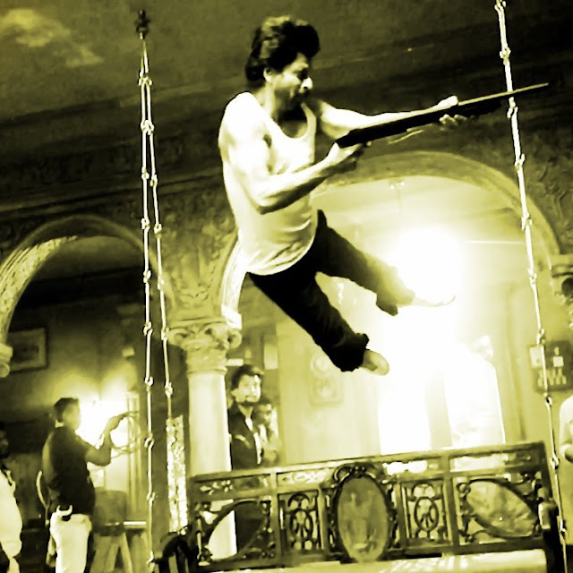 Shah Rukh Khan performs action stunt for Raees without anyharness.