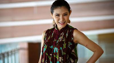 Biografi Olga Lydia     Olga Lydia lahir di Jakarta, 4 Desember 1976. Olga yang kini dikenal sebagai pembawa acara dan juga aktris, mengawali karirnya dari panggung catwalk dan menjadi model sejumlah produk serta bintang video klip. Perempuan lulusan Fakultas Teknik Sipil Universitas Parahyangan itu, pernah dan sedang menjadi pembawa acara Sisi Lain (Trans TV), Jelita (Trans TV), Otomotif (TV7), A1 (Global TV), Dunia Samsung (Metro TV) dan Republik Mimpi (Metro TV). Smentara dalam seni peran, namanya dikenal lewat sinetron LO FEN KOEI (RCTI) dan film horror 12 AM serta turut mendukung film terbaik FFI 2006, EKSKUL.  Sementara, sebagai model dirinya pernah membintangi video klip Boomerang, Stanley Sagala, Kafein dan juga Dewa. Perempuan berdarah keturunan Tionghoa ini, juga dikenal sebagai aktifis pergerakan sosial, terutama terkait persoalan hak-hak perempuan. Ketika isu pro dan kontra tentang Rancangan Undang-Undang Aksi Pornografi dan Pornoaksi awal 2006, Olga menjadi salah satu aktris yang yang menentang untuk disahkan. Sebagai bentuk ketidaksetujuannya dirinya mengekspresikannya dengan berpose seksi di sebuah majalah pria.  Sinetron   Lo Fen Koei  Semalam Bersamamu (FTV)  Cinta Terhalang Tembok (FTV)  Rahasia Perkawinan  Asyiknya Pacaran  Pembawa Acara   Sisi Lain (Trans TV)  Jelita (Trans TV)  Otomotif (TV7)  A1 Grand