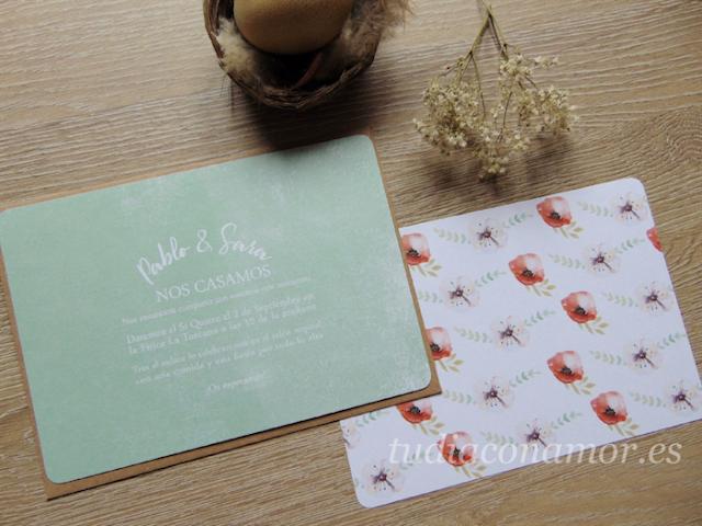 Invitación verde mint con el reverso de flores pintadas en acuarela estilo amapolas