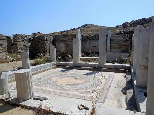 dziedziniec Domu Delfinów z piękną mozaiką Delos Grecja