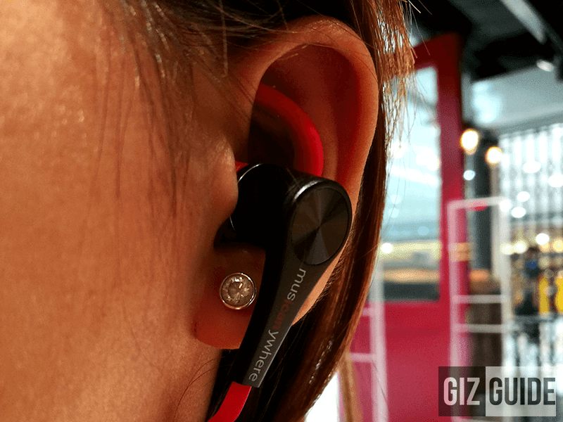 It comes with great fit and doesn't fall off your ears easily