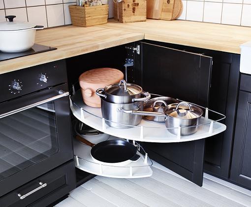 Armario con bandejas giratorias para mantener el orden en la cocina