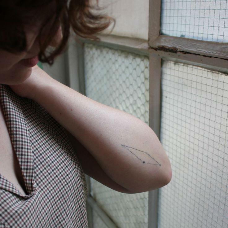 chica con tatuaje de constelacion en el antebrazo