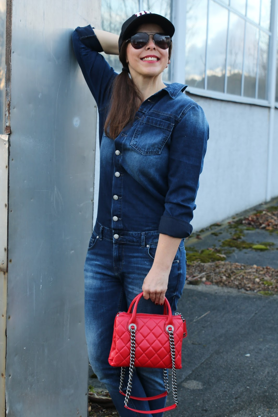 Outfit denim overall, pilot glasses,