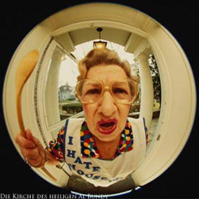 Durch den Türspion die Schwiegermutter sehen  witzig
