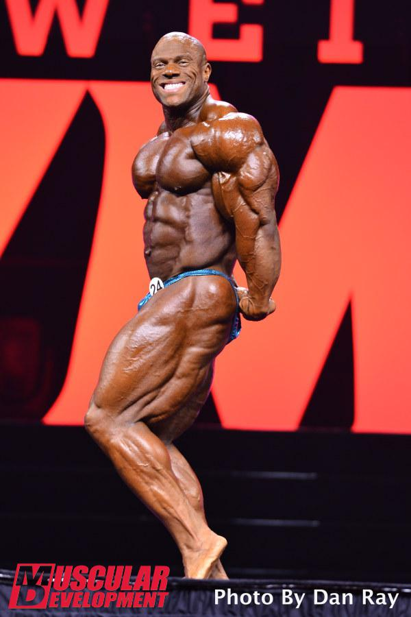 Phil Heath realiza pose tríceps de lado. Foto: Dan Ray