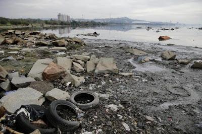 Recuo do Guaiba deixa amostra o lixo produzido pela população de Porto Alegre. Foto: Félix Zucco / Agencia RBS