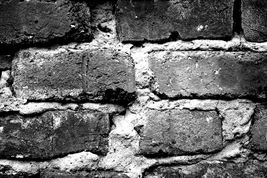 Blog + Fotografie by it's me! - fim.works - Magische Mottos - Strukturen & Rhythmen - SchwarzWeissBlick No 2 - Ziegelsteinmauer