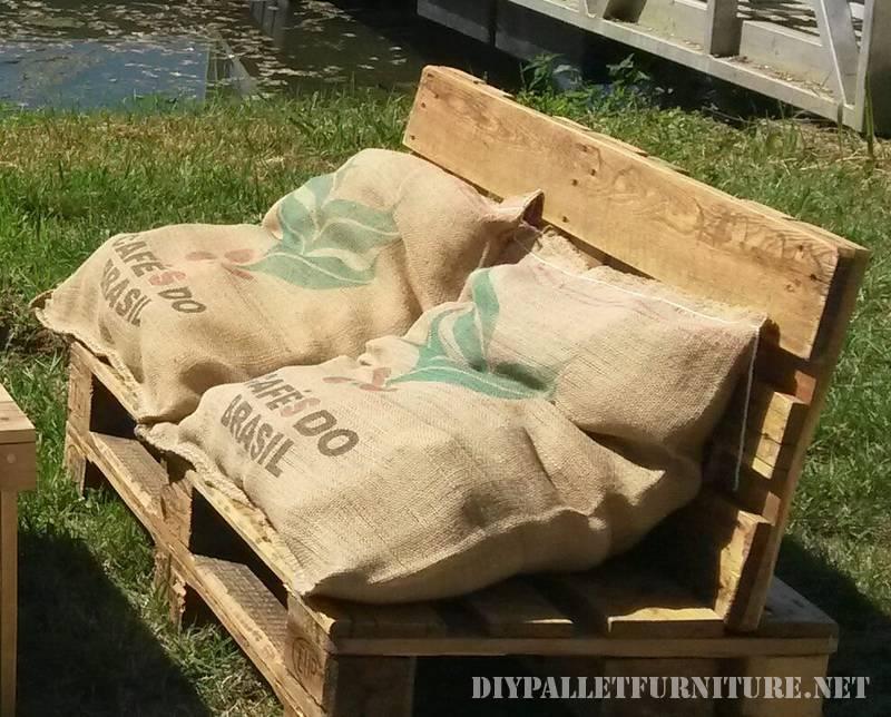 esta vez no solo han reciclado los palets para crear unos sofs de jardn adems han reutilizado unas telas de saco para crear los cojines de los