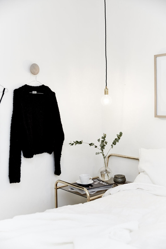 Bare bulb pendant lamps as bedside lighting | Image via Västanhem