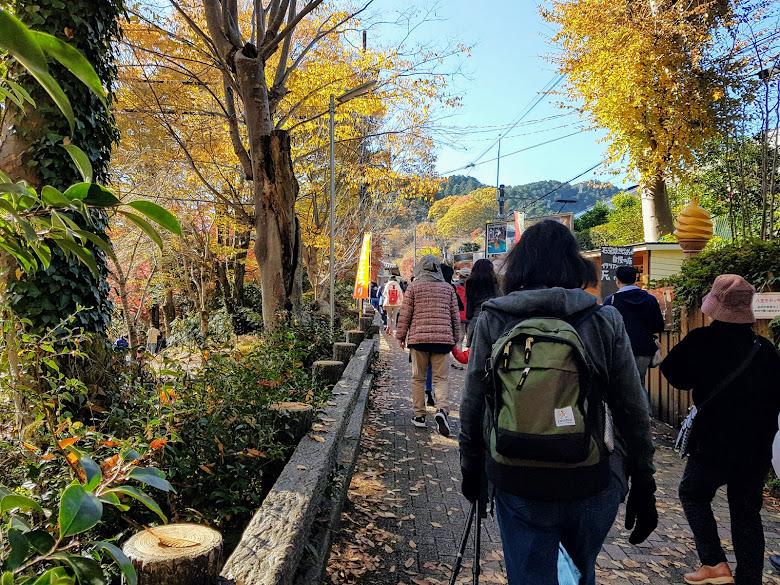 跟著人群前往清瀧站