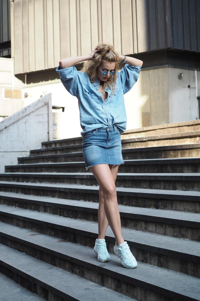 outfit džínová košile sukně air max ray-ban