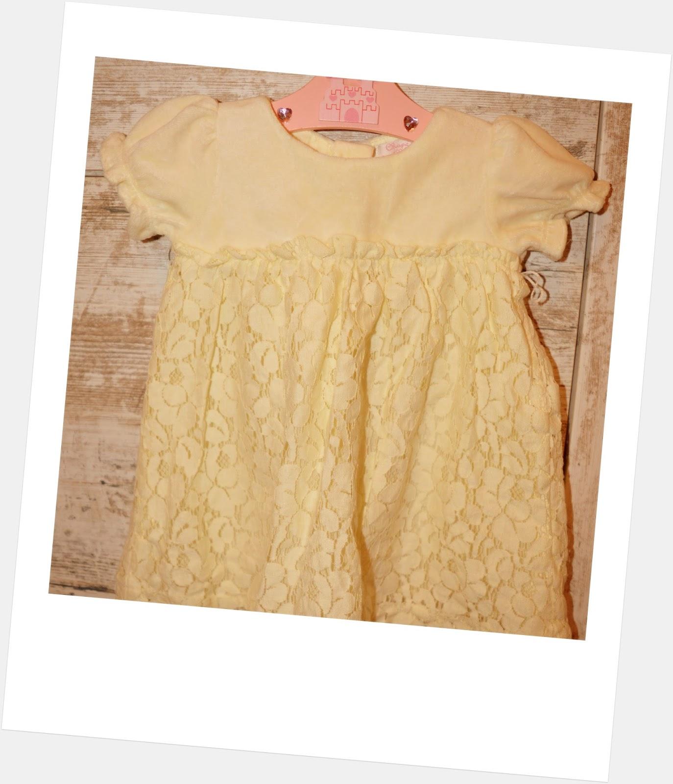 Pri malých dievčatách nie je výber šiat náročný. Obom som vybrala biele šaty f203a37b011