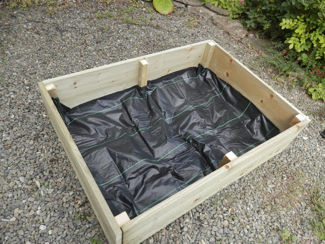 How to Fill a Raised Bed using the Lasagna Method. secondhandsusie.blogspot.co.uk