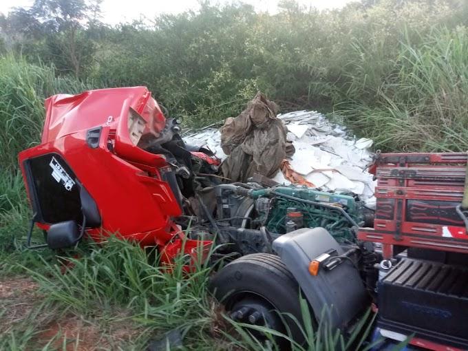Motorista de caminhão com placas de Serrolândia sofre acidente na BR-116