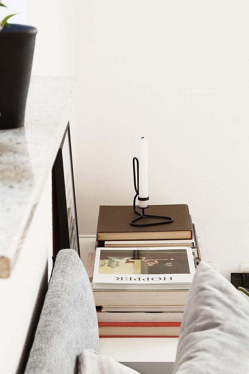 Schneller Dekotipp: Kommode im Schlafzimmer skandinavisch modern dekorieren mit gestapelten Bildbänden, geometrischem Print und HAY Kerzenständer für den Frühling