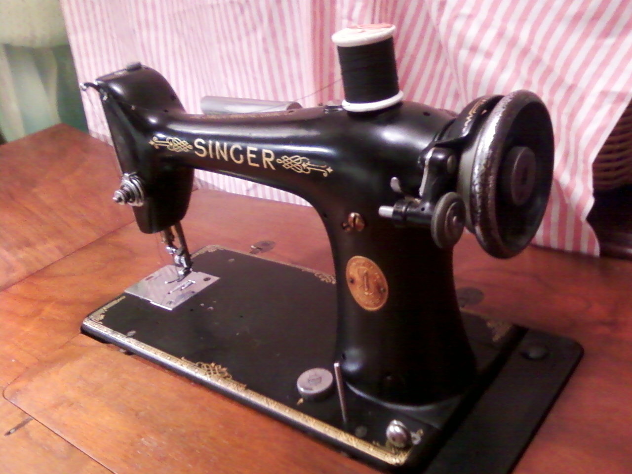 VINTAGE SEWING MACHINES: Singer 101 Sewing Machine with potted motor & oil  wick system