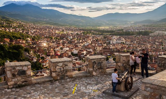 Familia de turismo en Prizren, Kosovo
