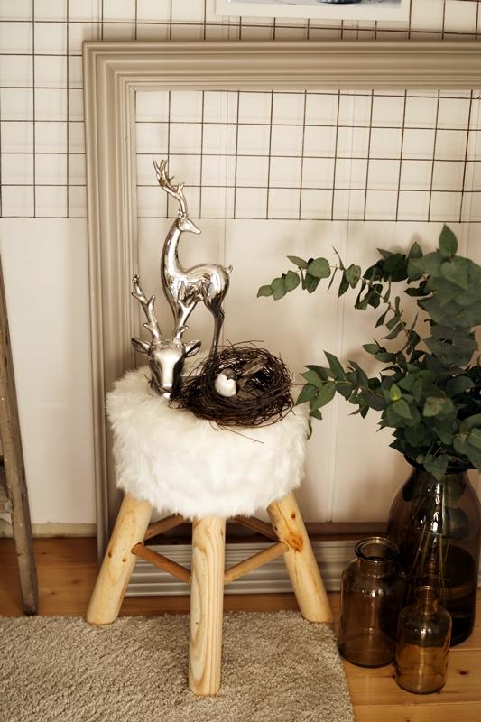 Blog + Fotografie by it's me! - Rooming, Weihnachtsdeko 2015 - weißer Fellhocker, silberne Elche, Vogelnest und Eukalytupszweige