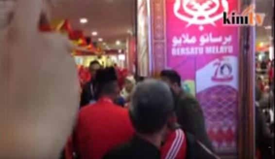 [VIDEO] Perwakilan UMNO 'Naik Hantu' Halau TV3 di Pentas, Lihat Amukan Penuh !