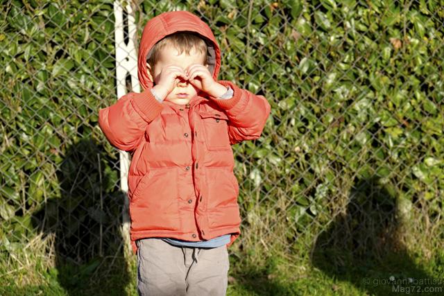 Fotografia di bambino che fa il binocolo con le mani