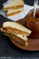 (Sandwich z sosem barbecue i boczkiem