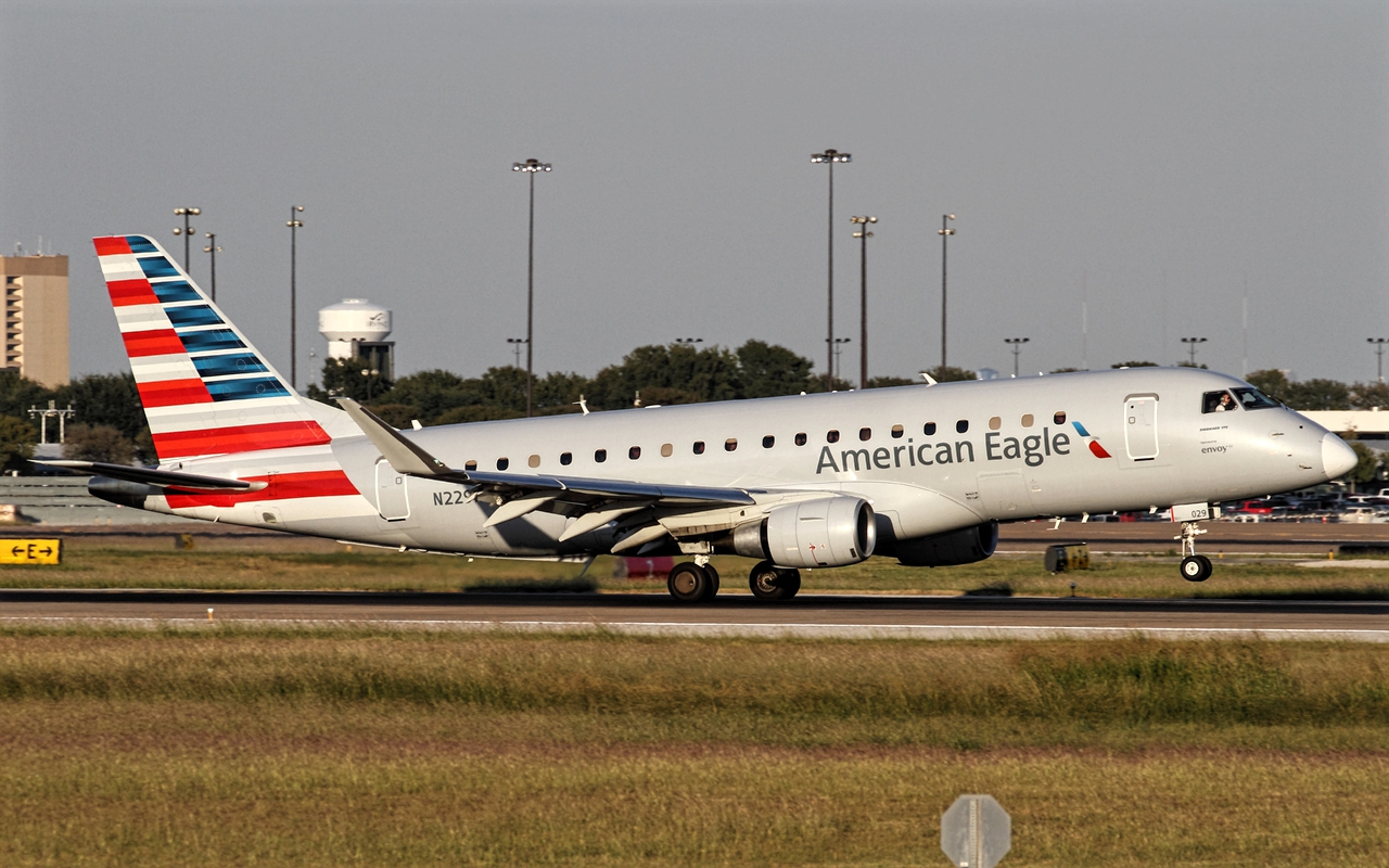 e-175 american airlines takeoff