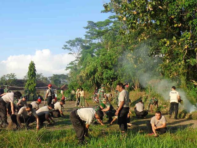 Persiapkan TMMD ke 105, Ratusan Warga Desa Nyanglan dan TNI Serbu Lapangan Pau