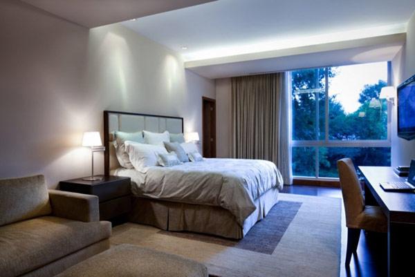 o quarto é casual com uma cor simples combinações