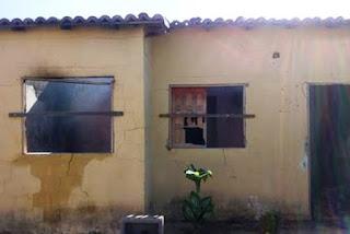 Adolescente ateia fogo na casa