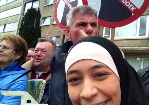 Saat Mendebarkan Remaja Islam Selfie Depan Demo Anti-Muslim