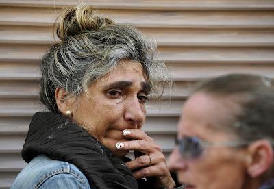 Una amiga de Ángeles Lugilde llora durante su desalojo en Avilés, norte de España, el 20 de abril de 2015. Eloy AlonsoReuters