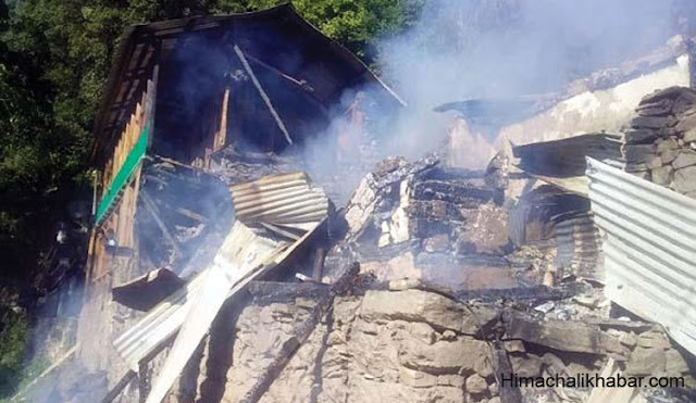 भीषण अग्निकांड में 4 भाइयों का मकान जलकर राख, 19 लोग हुए बेघर