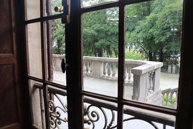 El jardín de la Finca Munoa desde el interior del palacete