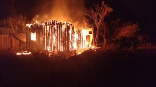 Casa  pega fogo em Nova Mamoré