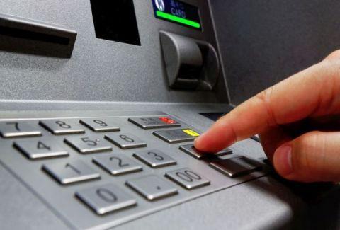 Δώστε μεγάλη προσοχή: Τι συμβαίνει αν βάλετε αντίστροφα το PIN στο ΑΤΜ;