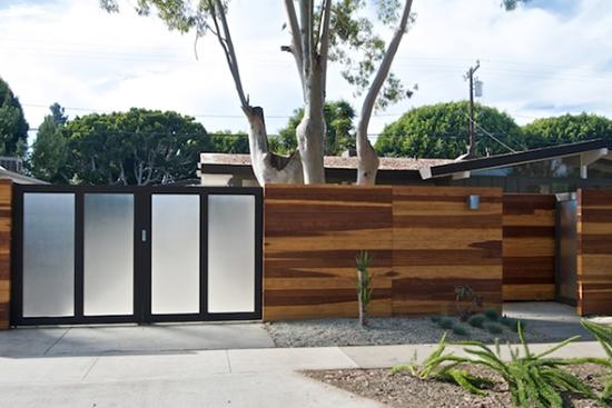 desain pagar minimalis dengan kayu dan kaca