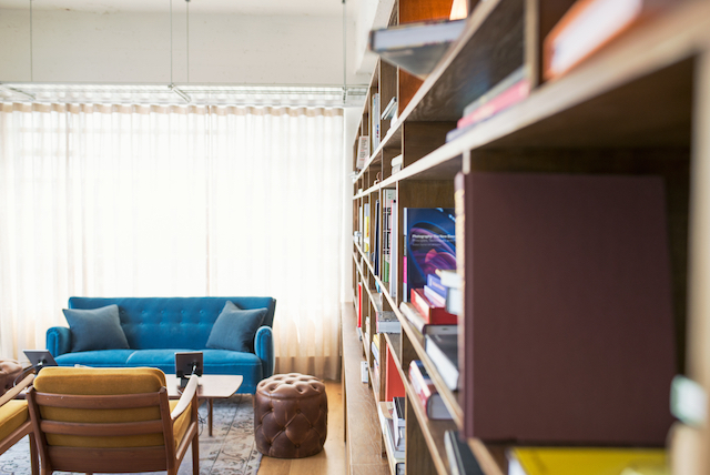 5 trucos para hacer un hogar más hygge, salón con librería